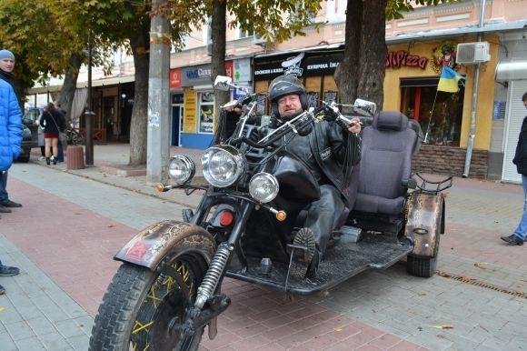43-річний Олександр приїхав з сусіднього Тернополя на саморобному  транспорті. Каже 952a35ab2bf85