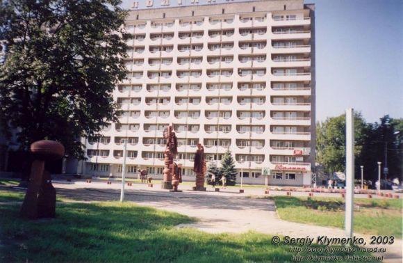 Керівництво готелю прибрали скульптури на початку 2000-х