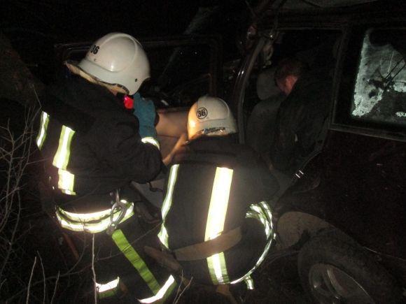 Цієї ночі на Прикарпатті трапилася ДТП. Щоб дістати водія із понівеченого автомобіля, довелось викликати надзвичайників