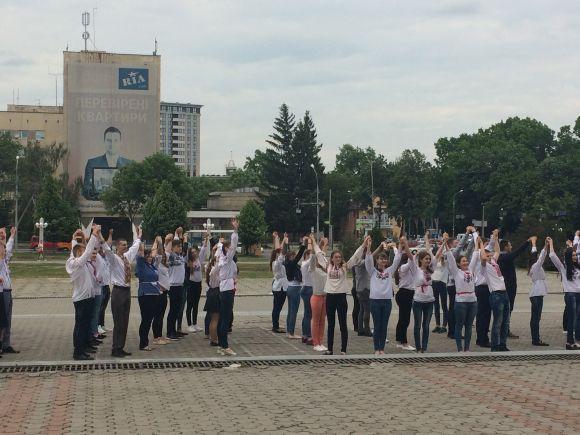 Безліч молодих людей у різних вишиванках зібралися на площі Стуса