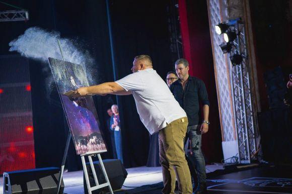 Юрій Тира створює подарунок для Арсена Мірзояна прямо на сцені
