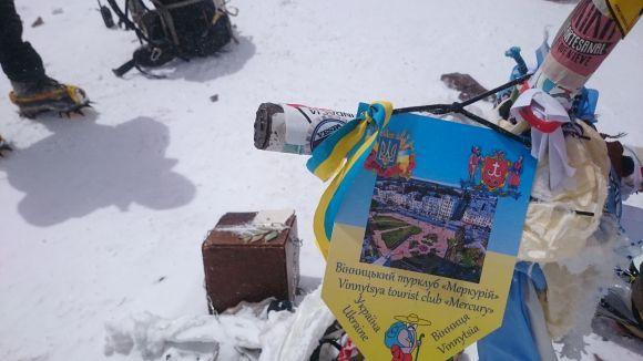 Украинская символика на вершине горы Аконкагуа