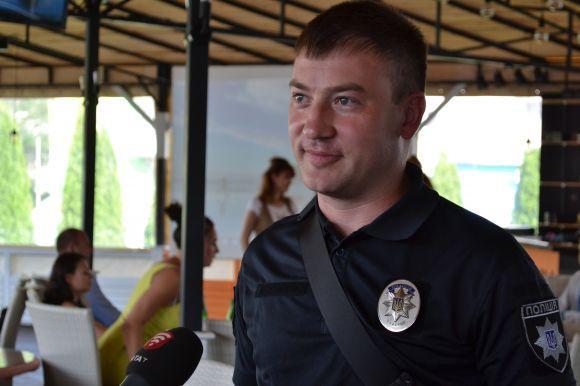 Співробітник поліції, який виявив бажання взяти участь у аукціоні і таким чином допомогти Микиті та його батькам здолати хворобу