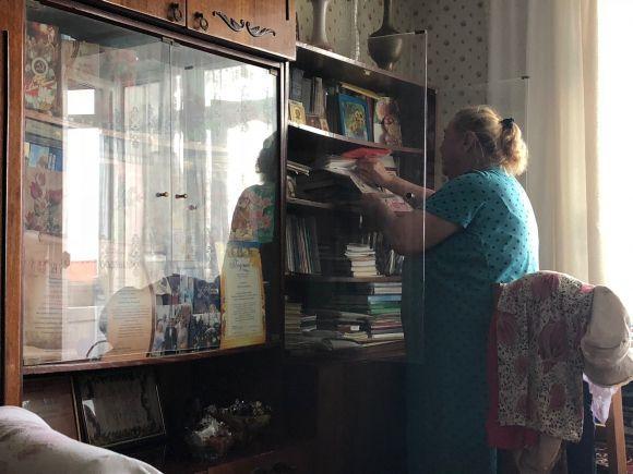 Ніна Василівна демонструє грамоти та газетні публікації