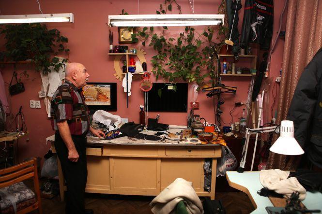 Володимир Іванович шиє одяг для акторів театру.