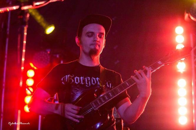 На изображении может находиться: 1 человек, играет на музыкальном инструменте, на сцене, ночь и гитара