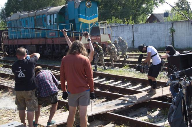 На изображении может находиться: один или несколько человек, поезд и на улице