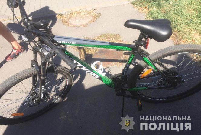 На Виставці автомобіль збив велосипедиста