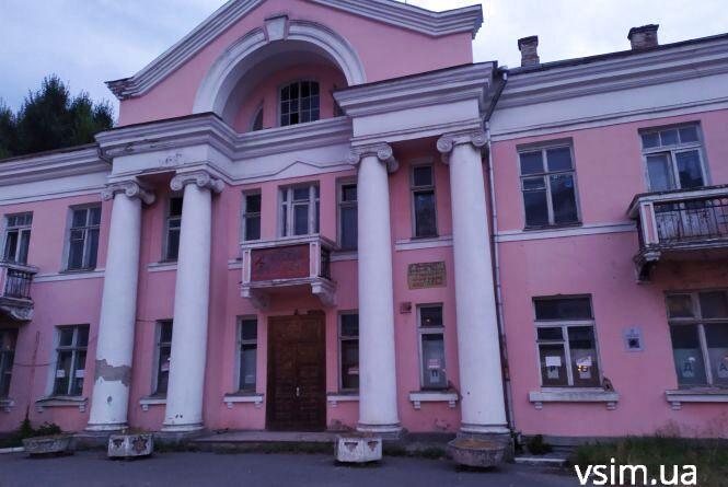 Рожева будівля з колонами на Шевченка: що там було і чому вона пустує