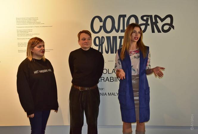 На изображении может находиться: 3 человека, люди улыбаются, люди стоят
