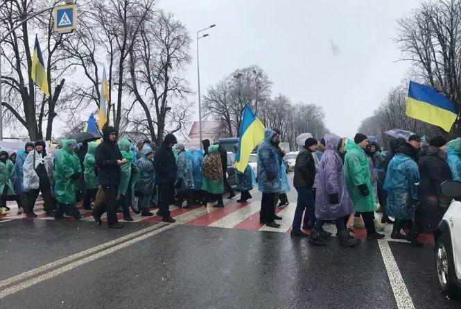 Дорогу біля Михайлівки продовжують перекривати протестувальники. Транспорт їде в об'їзд