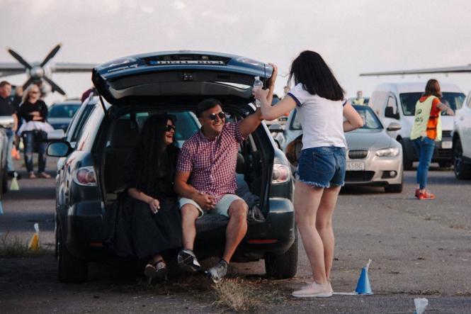 На изображении может находиться: 1 человек, автомобиль, ребенок, обувь и на улице