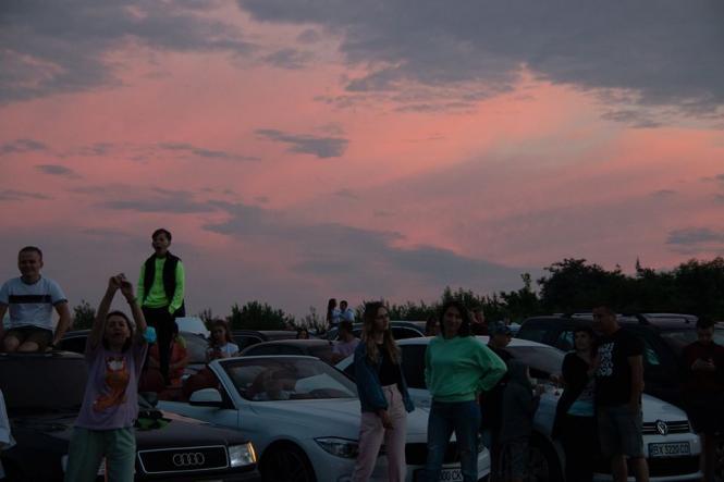 На изображении может находиться: 5 человек, небо, облако, дерево и на улице