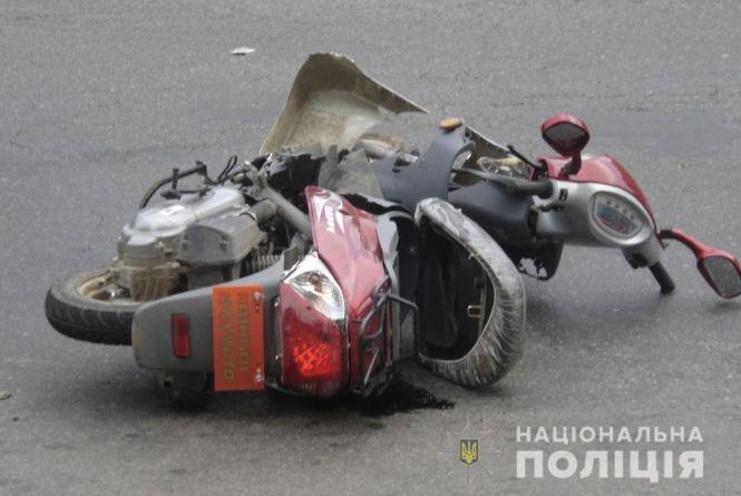 18-річний хлопець на «МТ-10» врізався у стовп, а жінка на мопеді не пропустила автівку