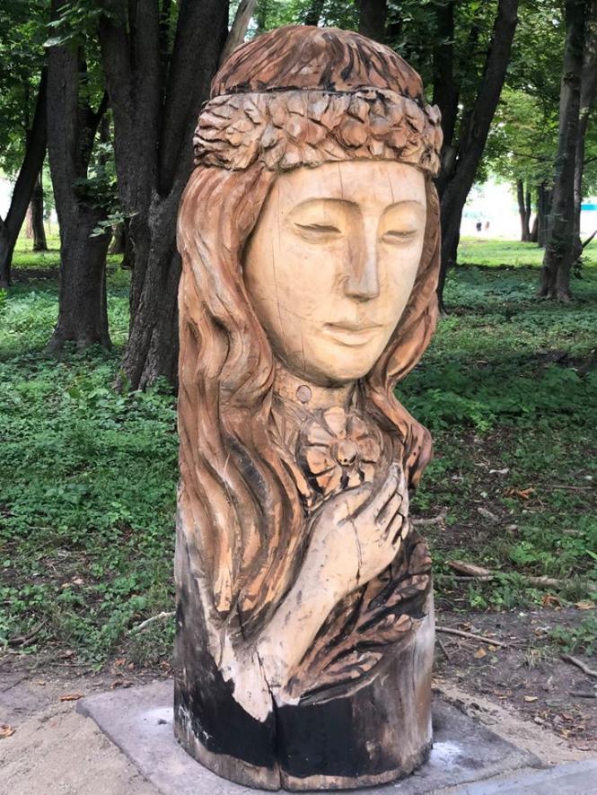 На изображении может находиться: 1 человек, дерево, на улице и природа