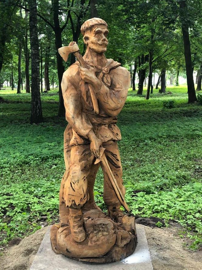 На изображении может находиться: 1 человек, стоит, обувь, дерево, растение, на улице и природа