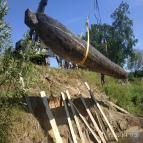 Щоб підняти масивний 9-метровий човен на стрімкий берег, привезли автокран