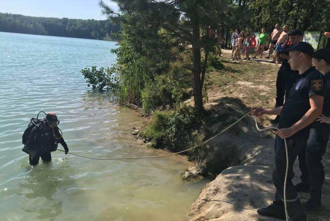 У блакитному озері в Черепашинцях потонув чоловік. Тіло шукали водолази