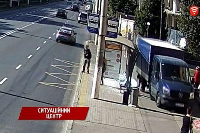 ДТП на Пирогова: водій на «Мереседесі» розтрощив зупинку тролейбусів