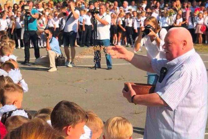 Посипав зерном пшениці і танцював вальс з випускницями. Не стало Олександра Сухомовського