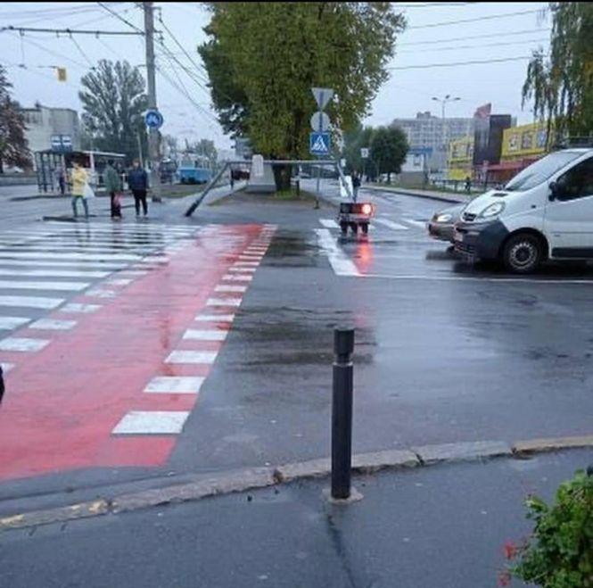 """В Виннице муниципальный автобус снес светофор на перекрестке возле """"Кристалла"""""""