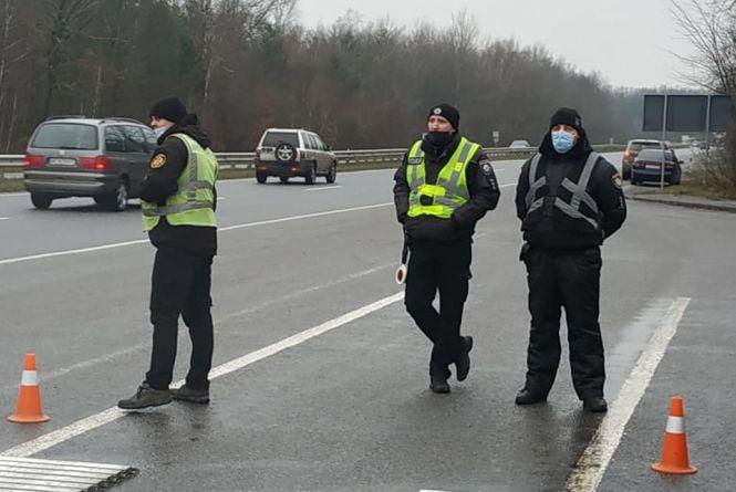На трасі біля Стрижавки стояли поліцейські. Активісти побачили у цьому порушення