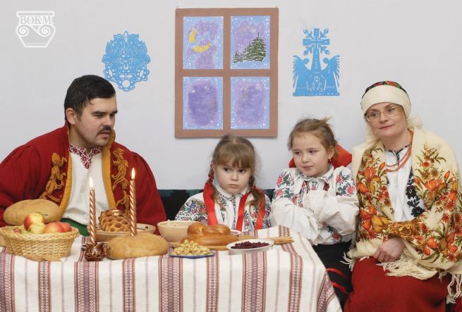 Зображення може містити: 4 людини, люди сидять, стіл, дитина та у приміщенні