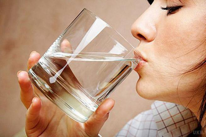 Ось чому потрібно пити теплу воду на порожній шлунок щоранку