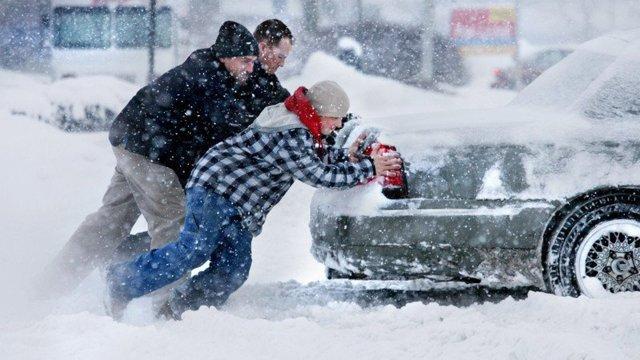 Як не буксувати в снігу: дієві поради екстремального водіння на слизькій дорозі - фото 443557