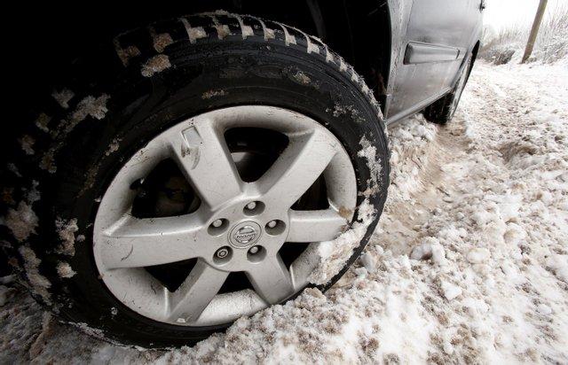 Як не буксувати в снігу: дієві поради екстремального водіння на слизькій дорозі - фото 443558
