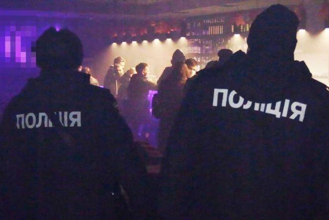 У Вінниці вночі семеро дітей курили в кальян-барі. Як покарали власників та батьків?