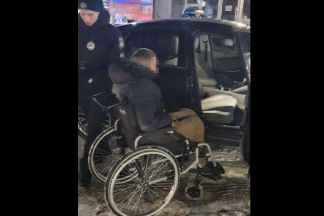 У Вінниці на перехресті вночі заснув хлопець на інвалідному візку