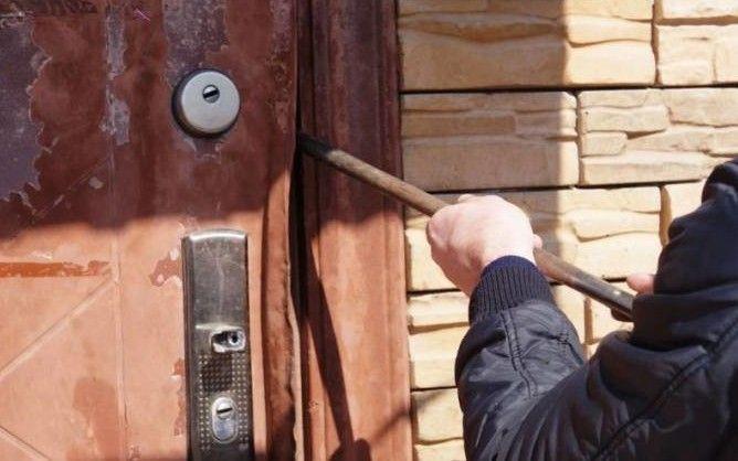 Поліцейські закликають жителів Житомирщини подбати про безпеку заміських садиб узимку