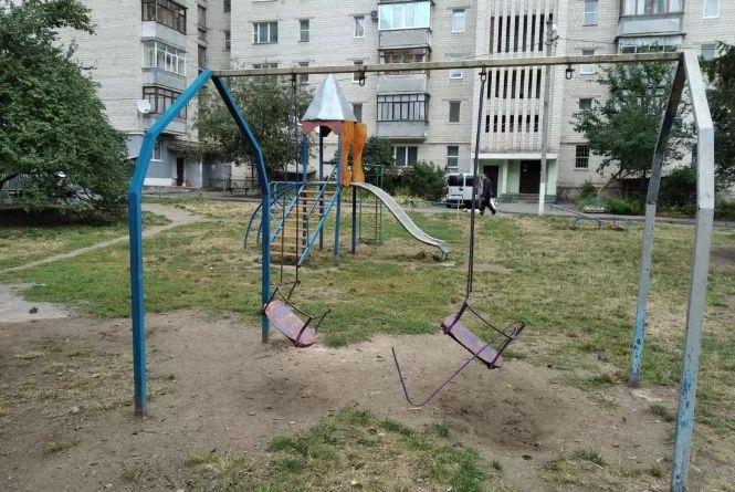 Не дитячі майданчики: через неякісні гойдалки та гірки травмувалося 100 дітей