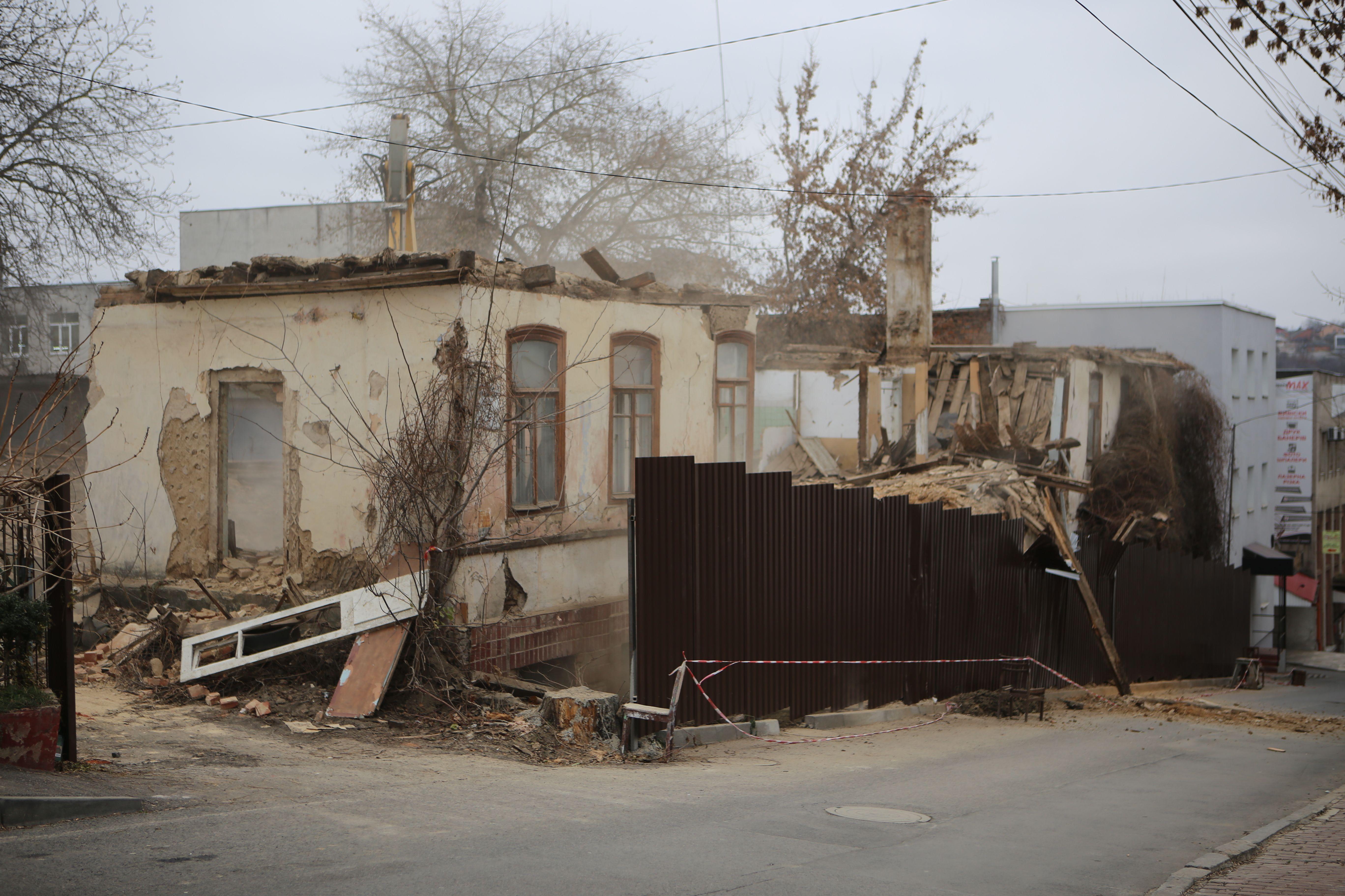 Нищать історію чи рятують від небезпеки? Зносять глиняний дім на Єрусалимці