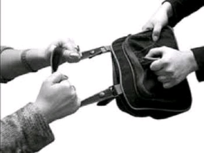 На Київській пізно ввечері пограбували жінку: грабіжника затримано