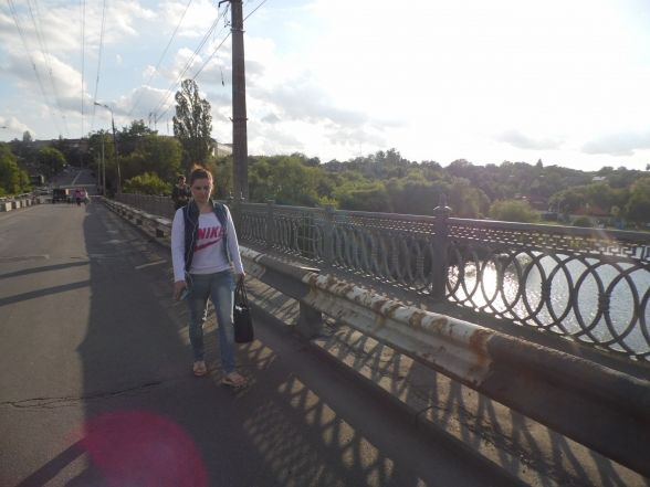 Пішки через закритий міст. Ремонтники кажуть, що 19 днів їм може не вистачити