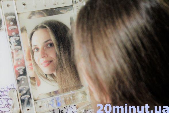 Відвідувачі часто фотографуються в дзеркальці, що стоїть на комоді в обідній кімнаті