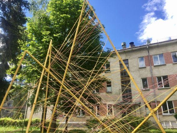 "Фото дня: на ""Дружбі"" студенти встановили арт-об'єкти просто неба"
